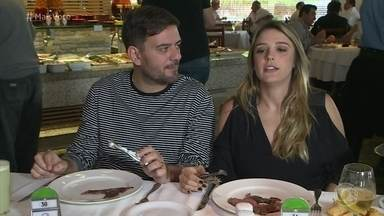 Bruno Astuto dá dicas de etiqueta para frequentar os rodízios de carne - O colunista leva Rafa Brites a um restaurante
