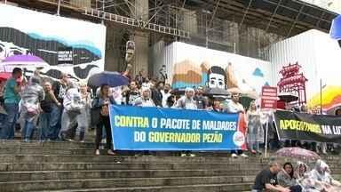 Pacote de medidas propostas pelo governo causa impactos em salários de servidores - Funcionários públicos protestam em frente à Assembleia Legislativa