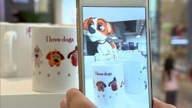 Realidade aumentada pode ser usada para atrair clientes para o varejo - Tecnologia permite transformar estampas em imagens na tela do celular. As animações atraem adultos e crianças e mudam a maneira de consumir.