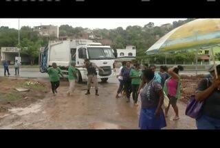 Grupo de catadores de materiais recicláveis faz protesto em Governador Valadares - Manifestação foi na porta do aterro sanitário.