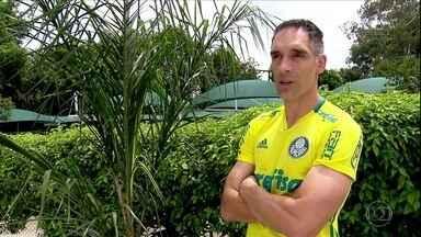 Goleiro e jardineiro, Fernando Prass planta palmeira na Academia - Em recuperação, goleiro do Palmeiras revela gosto pela jardinagem