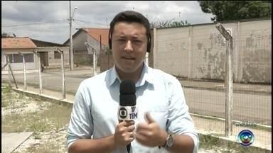 """Temporal com chuva e ventania derruba árvores e castiga Itapeva, SP - Uma chuva com ventania na tarde desta quarta-feira (9) em Itapeva (SP) causou prejuízos a produtores rurais, derrubou árvores e cortou a energia elétrica no Bairro Taquari-Mirim, zona rural da cidade. O agricultor Carlos Henrique Pires, por exemplo, perdeu parte da plantação de abóbora e pepino. """"Foi um vento muito forte, as árvores foram só quebrando. Só deitando. Moeu o mato"""", descreve."""