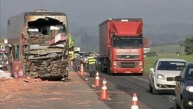 Batida entre ônibus e caminhão deixa mortos e complica tráfego na Castello - Duas pessoas morreram e 16 ficaram feridas, entre elas três com ferimentos graves, em um acidente entre um ônibus e caminhão, na madrugada desta quinta-feira (10), na rodovia Castello Branco, em Boituva (SP).