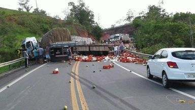 Acidente entre caminhões, carro e carreta deixa ferido na BR-101, ES - Colisão aconteceu no km 183,5, em Aracruz, por volta das 7h10. Pista foi totalmente interditada após o acidente.