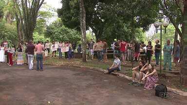 Estudantes contrários à ocupação na UEL protestam contra a paralisação das atividades - Os estudantes, principalment os da área de saúde, temem os prejuízos às atividades acadêmicas e também ao atendimento à comunidade.