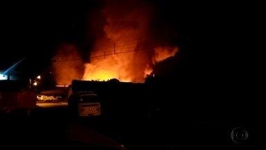 Incêndio atinge fábrica de colchões em Jaboatão - Ocorrência foi registrada na madrugada desta sexta-feira (11), no bairro de Jardim Jordão. No Recife, houve outro incêndio em uma loja.