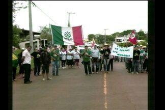 Manifestantes bloqueiam a ERS-330 em Miraguaí, RS - Os veículos são liberados a cada meia hora.