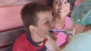 Grupo de dentistas fazem ação de saúde bucal em escolas do Amapá - Um grupo de dentistas estão percorrendo escolas públicas para levar ação de saúde bucal. As crianças passam por uma triagem, e quem precisa de tratamentos mais complexos, já recebem o encaminhamento.