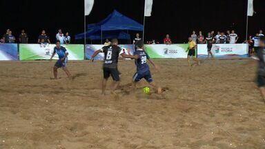 Futebol de areia atrai público à Praia de Camburi, em Vitória - Bruno Xavier jogou na capital nesta quinta-feira (10).