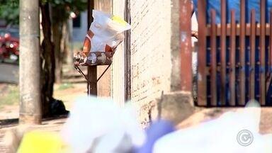 Coleta de lixo em Catanduva atrasa após paralisação de coletores - Moradores de Catanduva (SP) reclamam da falta da coleta de lixo na cidade. Eles dizem que os caminhões pararam de recolher o lixo há dois dias e a limpeza das vias na cidade também foi suspensa.