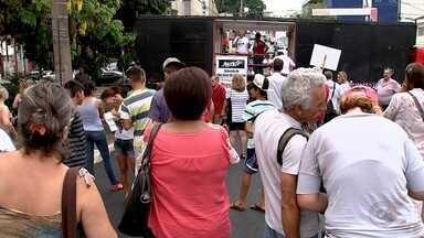 Grupo protesta em Rio Preto contra a PEC que limita os gastos públicos - Manifestantes se reuniram no fim da tarde desta sexta-feira (11) em São José do Rio Preto (SP) para protestar contra o governo de Michel Temer. O protesto foi na frente da Câmara de Vereadores, na região central da cidade.