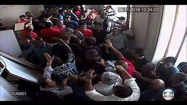 Imagens exclusivas mostram o quebra-quebra em gabinete da Alerj - Imagens exclusivas mostram o quebra-quebra em gabinete da Alerj. A Assebleia Legislativa do Rio foi invadida na última terça-feira (08/11).