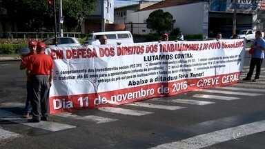 CUT e MST fazem protesto em frente à Câmara Municipal de Bauru - Membros da Central Única dos Trabalhadores (CUT) e do Movimento dos Trabalhadores Rurais Sem-Terra (MST) fizeram um protesto nesta sexta-feira (11) em frente à Câmara Municipal de Bauru (SP). Durante a manhã eles caminharam pela Avenida Rodrigues Alves e o trânsito ficou lento no local, mas não precisou ser interditado.