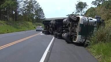 Carretas tombam em rodovia de Marília - Duas carretas tombaram e atrapalharam a vida dos motoristas que passaram nesta sexta-feira na Rodovia Rachid Rayes, em Marília.