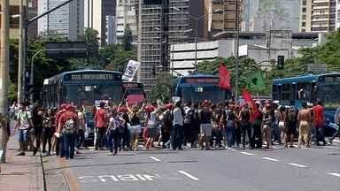 Belo Horizonte tem dia de protesto; manifestantes chegaram a fechar trânsito no Centro - Ato foi convocado por centrais sindicais.