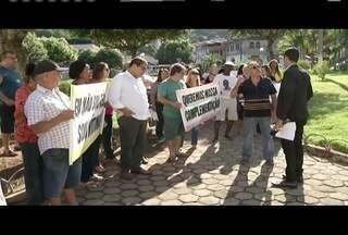 Em Timóteo, servidores aposentados da prefeitura fazem protesto - Eles protestam contra a suspensão da complementação salarial.