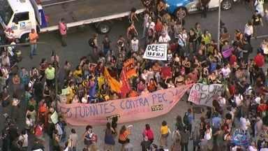 Manifestantes fazem protesto contra governo do estado e Pec do Teto no Centro do Rio - Estudantes, profissionais de educação e representantes de entidades sindicais se concentraram na Candelária