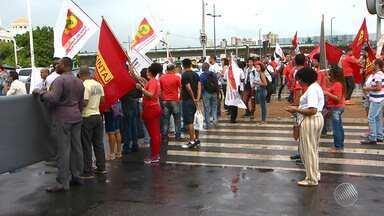 Protestos de trabalhadores causam transtornos na capital e no interior baiano - Sexta-feira (11) foi marcada por manifestação contra a PEC que prevê congelamento dos gastos públicos nos próximos 20 anos.