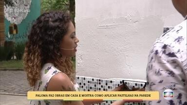 Paloma mostra como aplicar pastilhas na parede - A jovem reboca paredes de casa, pinta e coloca piso