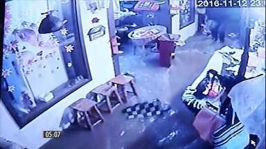 Câmeras de segurança mostram momento em que um restaurante é inundado em Nova Friburgo-RJ - O temporal que atingiu a Região Serrana do Rio de Janeiro alagou o distrito de Mury e deixou 30 famílias desalojadas em Teresópolis.