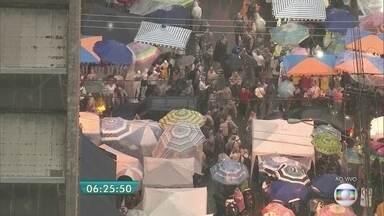 Feirinha da madrugada do Brás fica lotada nesta segunda-feira - Com o feriado prolongado, muitas pessoas do interior e de outras regiões de São Paulo vêm para a capital fazer compras. O trânsito ficou complicado e agentes da CET estiveram na região para orientar os motoristas.