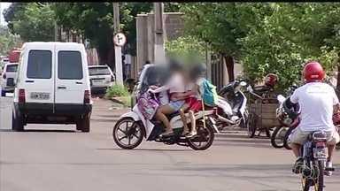 Motociclistas são vistos carregando até 3 crianças na garupa, em Itumbiara - Flagrantes foram feitos na porta de uma escola de Itumbiara, em Goiás. De acordo com a SMT, infrações são consideradas gravíssimas.