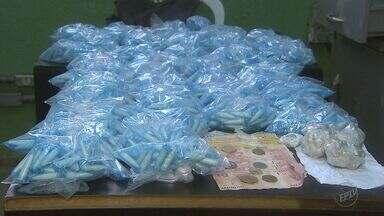 Adolescente é apreendido por tráfico de drogas em Ribeirão Preto, SP - A polícia apreendeu mais de 2,2 mil pinos de cocaína, 60 porções de maconha e R$ 220 em dinheiro.