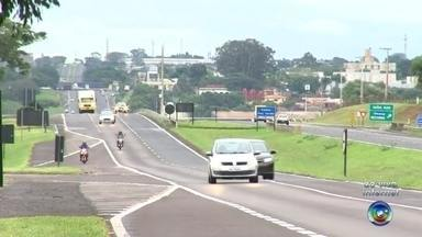 Policiamento no feriado é reforçado nas rodovias da região de Rio Preto e Araçatuba - Os motoristas precisam ficar ainda mais atentos nas rodovias da região por causa do tempo chuvoso. A expectativa é de bastante movimento na terça-feira para o retorno do feriado. Veja mais informações sobre o reforço no policiamento com a repórter Pollyana Moda.