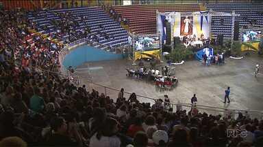 Jovens lotaram o ginásio de Londrina para celebrar a fé cristã - Além das orações, teve pregação, palestras e testemunhos.