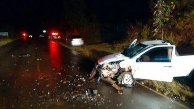 Quatro pessoas ficam feridas em acidente em vicinal entre Tupã e Quatá - Quatro pessoas ficaram feridas em um acidente envolvendo três carros na madrugada deste domingo (13) na Vicinal Adelmo Piva, que liga Tupã a Quatá (SP).