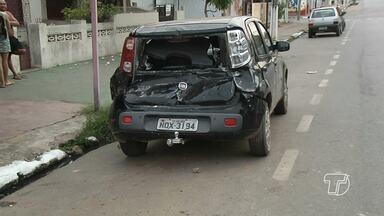 Motorista capota, bate em três carros em avenida de Santarém e depois foge - Acidente aconteceu na madrugada deste domingo (13) na Av. São Sebastião.