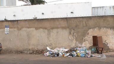Denúncia: moradores reclamam de lixo jogado próximo às casas em vários bairros da capital - Confira na reportagem. Envie sua denúncia no email bmd@redebahia.com.br ou no whatsapp (71) 9.9967-0886
