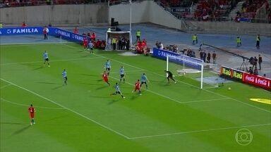 Eliminatórias sul-americanas têm jogos com muitos gols - Em La Paz, a Bolívia venceu o Paraguai. Na Argentina, Lionel Messi fez a diferença contra a Colômbia. O Equador recebeu a Venezuela, em Quito, e venceu por três a zero. Em Santiago, o Chile venceu a partida contra o Uruguai por três a um.