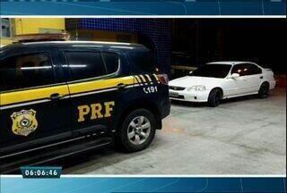 PRF apreende carro roubado e arma artesanal no Ceará - Os suspeitos escaparam pelo matagal localizado às margens da BR-116.