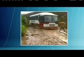 Defesa Civil e a Prefeitura de Resplendor trabalham para liberar estrada após chuva - Estrada vicinal de cerca de 48 km liga o distrito de Nicolândia a Resplendor.