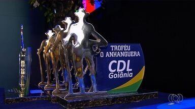 CDL premia empresas e profissionais que se destacaram em 2016 em Goiânia - Troféu Anhanguera foi entregue para 5 categorias. Segundo organizadores, objetivo do prêmio é incentivar profissionais.