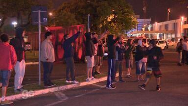 Após derrota, torcedores acompanham volta do Inter a Porto Alegre - Assista ao vídeo.