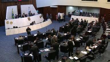 Professores da UEL vão à Curitiba acompanhar votação na ALEP - Os professores foram acompanhar a votação que pode suspender o reajuste dos servidores. Na UEL a reitora pediu a suspensão do pedido de mandato proibitório.