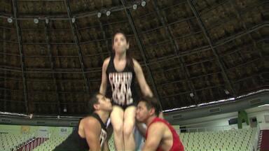 Time de vôlei de Maringá conta com animadores de torcida - Eles fazem a festa durante as partidas