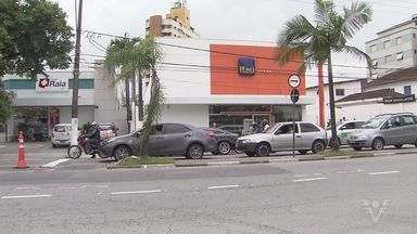 Suspeitos assaltam banco em uma das avenidas mais movimentadas de Santos - Eles fizeram funcionários reféns na manhã desta terça-feira (22).