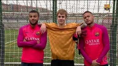 Parças: Justin Bieber joga bola com Neymar no CT do Barcelona - Parças: Justin Bieber joga bola com Neymar no CT do Barcelona