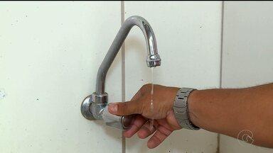 Moradores de alguns bairros de Petrolina sofrem sem água encanada - Em outros locais, a água chega, mas chega fraca e só durante algumas horas do dia.