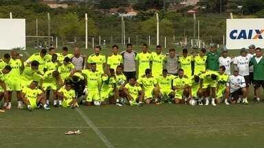 Goiás encerra temporada ruim contra o Sampaio Corrêa - Longe do acesso, time esmeraldino faz último jogo na Série B do Campeonato Brasileiro contra o lanterna da competição.