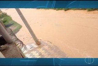 Chuva forte causa transtornos em ruas de Montes Claros - Falta de estrutura compromete passagem de moradores.