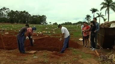 Corpo de idoso encontrado morto em um poste é enterrado, em Goiânia - Homem sofria de problemas mentais e já foi achado sem vida.