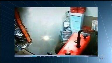 Criminosos usam trator para invadir supermercado e furtar cofre, em Itumbiara - Grupo quebrou parede depois de não conseguir puxar objeto com cabo de aço.