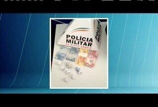 Três homens são presos por tráfico de drogas em Divino das Laranjeiras - PM foi chamada após suspeitos rondarem agência dos Correios na cidade.