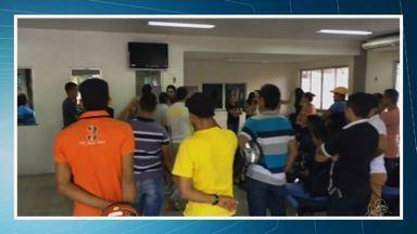 80 candidatos são impedidos de fazer prova de direção no Detran - Exames foram suspensos após protesto de 10 servidores aposentados