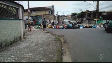 Indignados com o acúmulo de lixo, moradores de São Vicente fazem novo protesto - Eles interditaram a Rua Pérsio de Queiroz Filho, no bairro do Catiapoã.