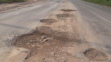 Motoristas reclamam de buracos na rodovia AM-10 - Abandono e falta de manutenção tem provocado acidentes, segundo eles.